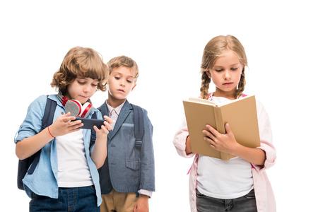 スマートフォンや女子高生との男生徒を本で 写真素材 - 85508080