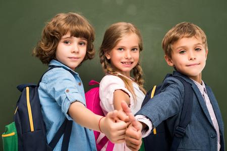 Escolares que muestran los pulgares arriba Foto de archivo - 85508093