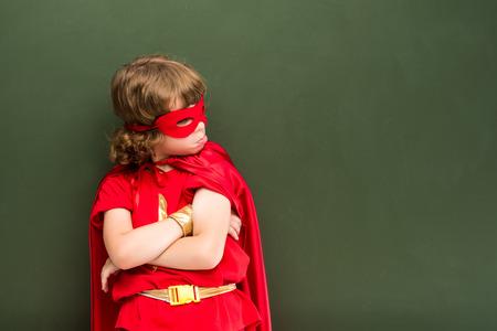 jongen in een superheld kostuum