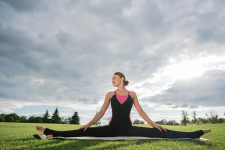 woman sitting in yoga pose Imagens - 85547162