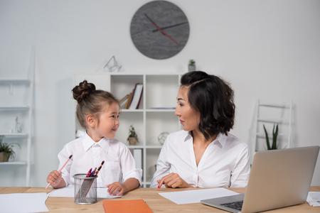 オフィスで娘とアジアの実業家 写真素材