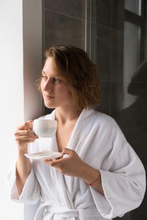 girl in bathrobe drinking coffee 版權商用圖片 - 85552514