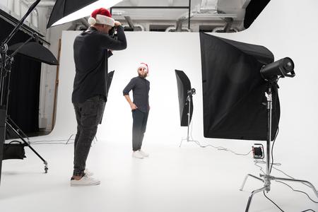 Fotograaf die in studio met model werkt Stockfoto - 85606370
