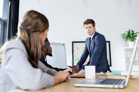 jonge mensen uit het bedrijfsleven tijdens vergadering Stockfoto