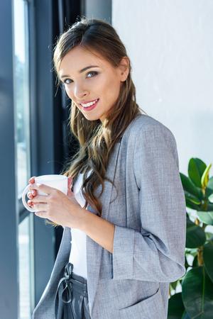 コーヒーを飲むビジネスウーマン 写真素材