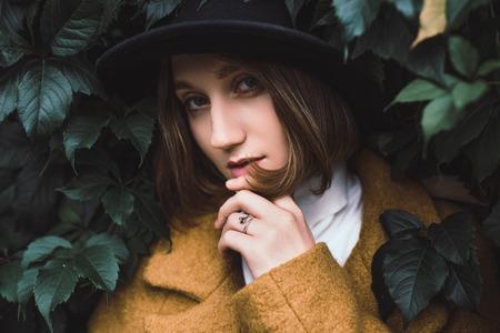 緑の葉の中の美しい女性 写真素材