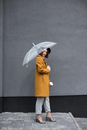 유행 여자와 우산