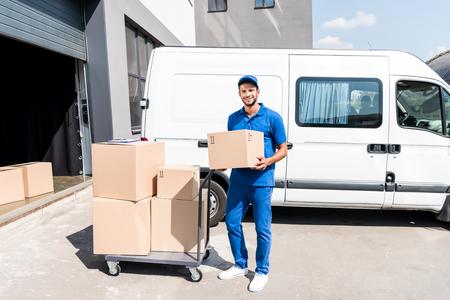 箱が付いている配達人