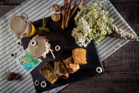 花とカードを持つハニカム構造