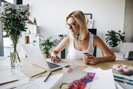 fashion designer using laptop Zdjęcie Seryjne