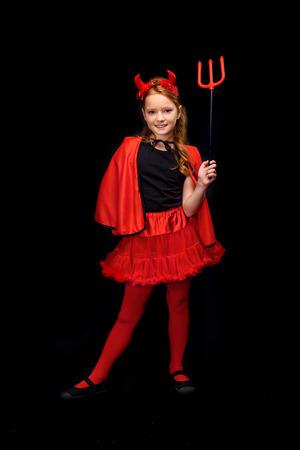 kind in kostuum van duivel met hooivork