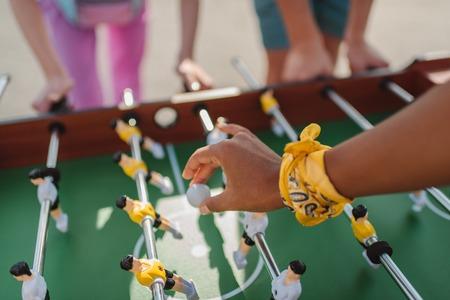 テーブル ・ フットボールのボールを保持している女性