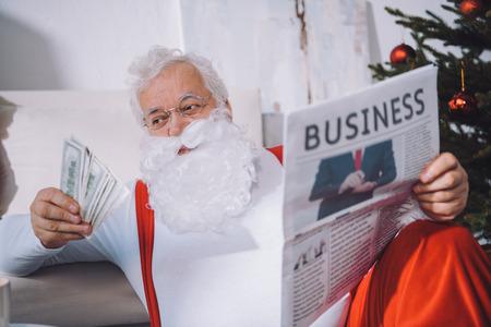 santa claus with cash in hand Zdjęcie Seryjne