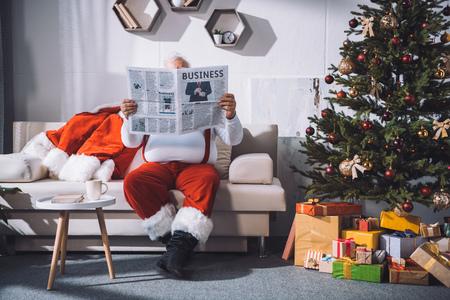 Kerstman krant lezen