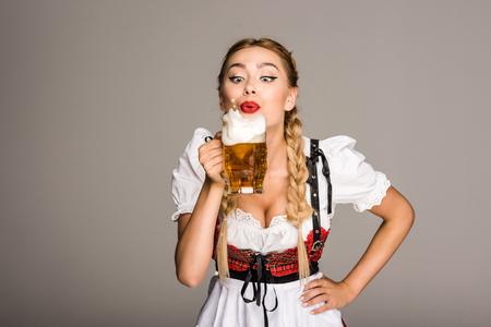 매력적인 여자 맥주와 함께 스톡 콘텐츠