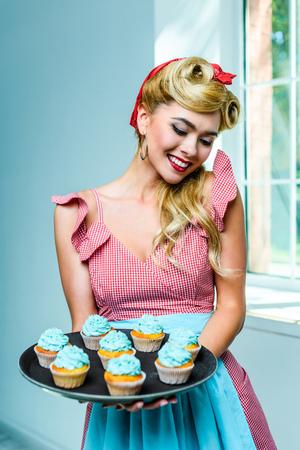 カップケーキで女性をピンアップ