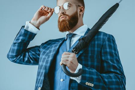 Attraktiver Mann im Anzug mit Regenschirm Standard-Bild - 86378667