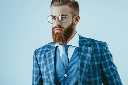 スタイリッシュな髪型をしたメガネで男