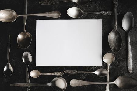 rustieke lepels en blanco papier
