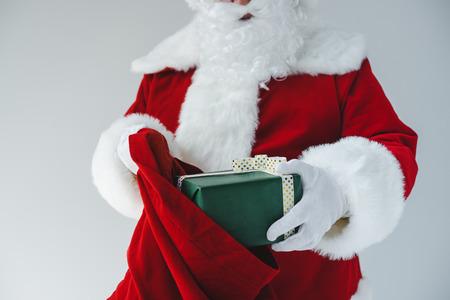 Weihnachtsmann mit Geschenk Standard-Bild - 86727504