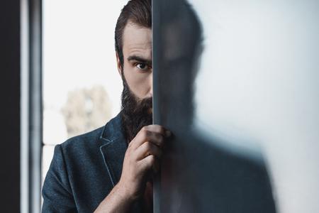 Homme barbu caché par verre dépoli Banque d'images - 86850065