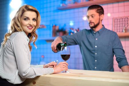 Dating meisje barmannen plaats aan het dateren in KL