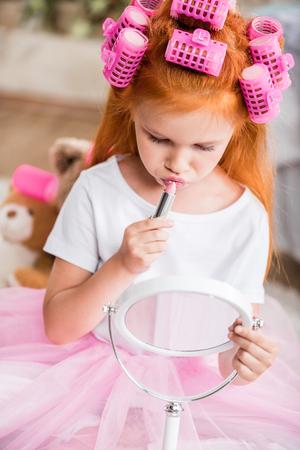 口紅を適用する女の子