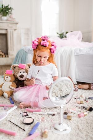 Kleines Mädchen mit Lidschatten Standard-Bild - 86962605