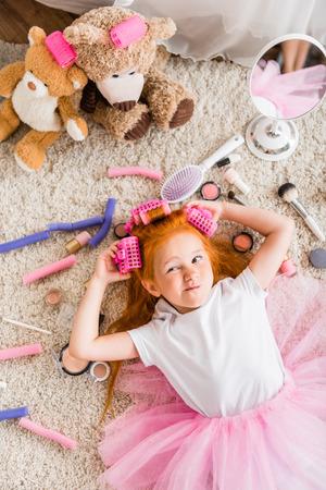 Kleines Mädchen mit Lockenwicklern auf dem Kopf Standard-Bild - 86962625
