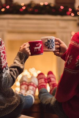 christmastime에서 컵을 가진 커플 스톡 콘텐츠