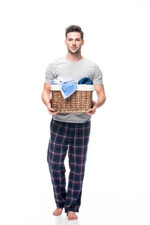 洗濯かごを持つ男