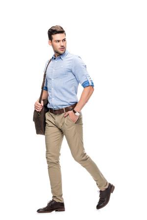 Mann mit Leder Aktentasche gehen Standard-Bild