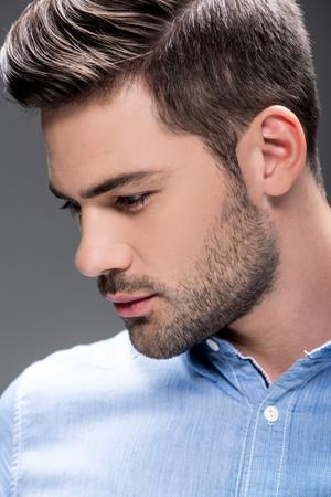 Homme avec coiffure à la mode Banque d'images - 87808409
