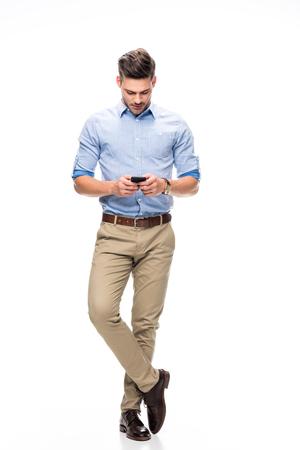 스마트 폰을 사용하는 청년