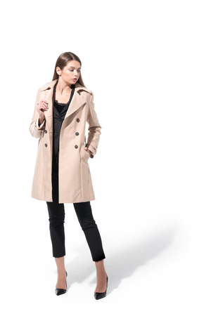 chica en abrigo clásico de la ceniza