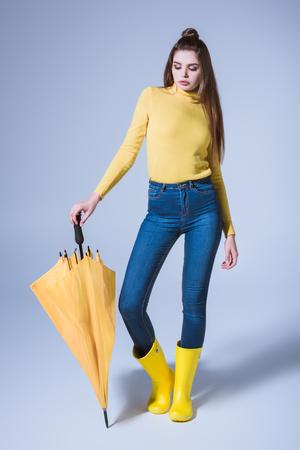 meisje in rubberlaarzen met paraplu Stockfoto