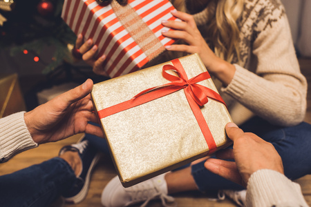 couple exchanging christmas gifts 스톡 콘텐츠