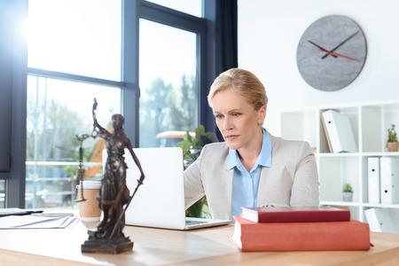 노트북을 사용하는 여성 변호사