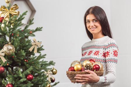 girl decorating christmas tree Stok Fotoğraf - 87905159