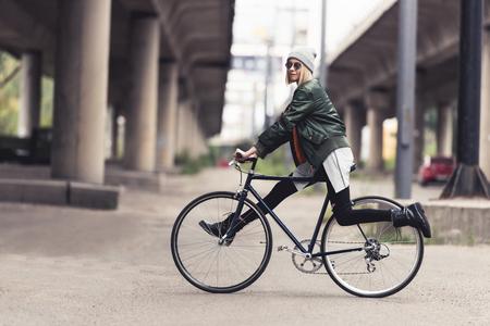 女性乗馬ヴィンテージ自転車