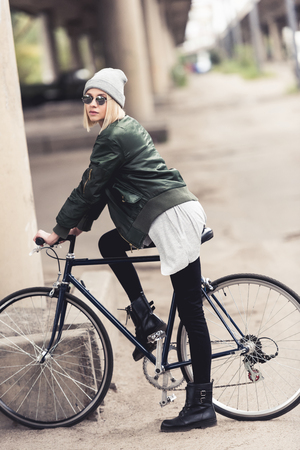 woman riding vintage bicycle Imagens