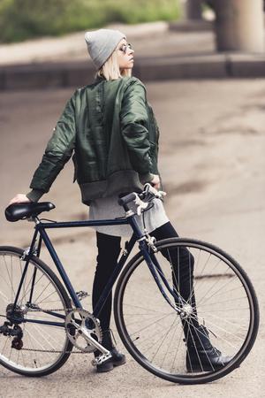 ビンテージ自転車の女性