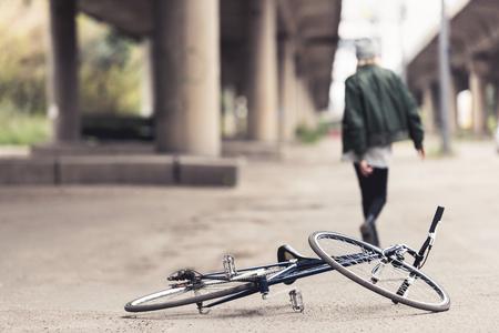 アスファルトの上のビンテージ自転車