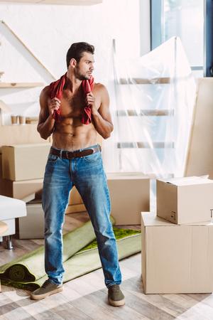 shirtless man verhuizen in een nieuw huis