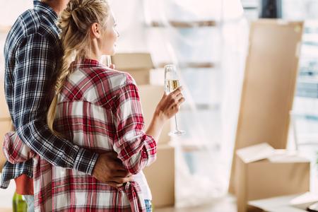 pareja bebiendo champán en casa nueva