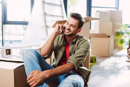 man praten over smartphone