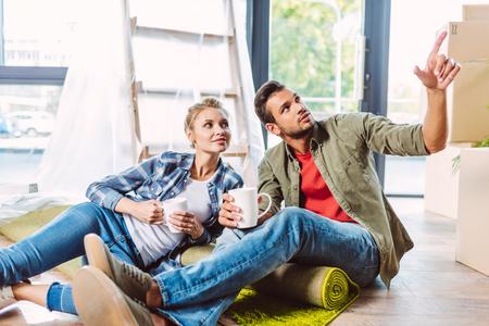 paar thee drinken in een nieuw appartement Stockfoto