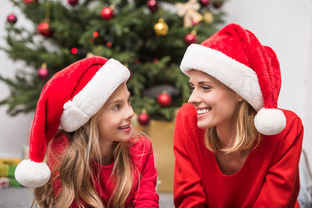 mother and daughter in Santa hats on christmas 版權商用圖片