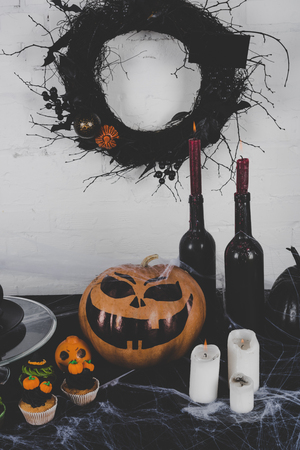 Halloween decoraties en kaarsen Stockfoto - 88210883