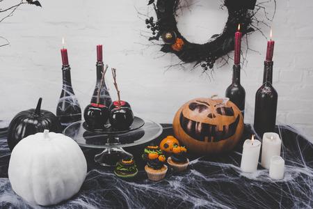 Halloween decoraties en kaarsen Stockfoto - 88210891